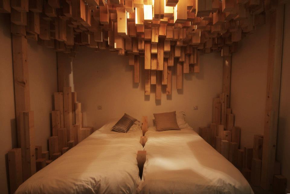 """vue d'ensemble de la chambre """"Skö"""" réalisée par le collectif de scénographes AV Exciters pour l'hôtel particulier """"Au vieux Panier"""" à Marseille"""